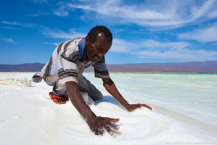 Aras harvests the salt at the shore of Lac Assal in Djibouti, a highly saline lake situated 155 metres below sea level. Depending on the wind, each segment of the shore produces its own shape and size of grains of salt. Aras' family sells the salt to tourists.