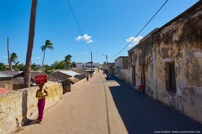 Ilha de Moçambique is divided in a reed-hut zone called macuti town, and the old stone town built from the 17th century onwards. Macuti town goes back to the early 19th century when it was a slum inhabited by slaves.