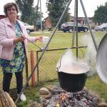 Visoje šventė dvelkė garžios žuvienės aromatas, kuria vure ir vaišino Lukonių moterys