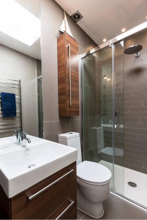 model de baie mica de apartament in nunate de mov pruna pal maro si alb