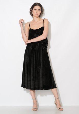 rochie catifea neagra cu fusta clos si decolteu patrat cu bretele subtiri