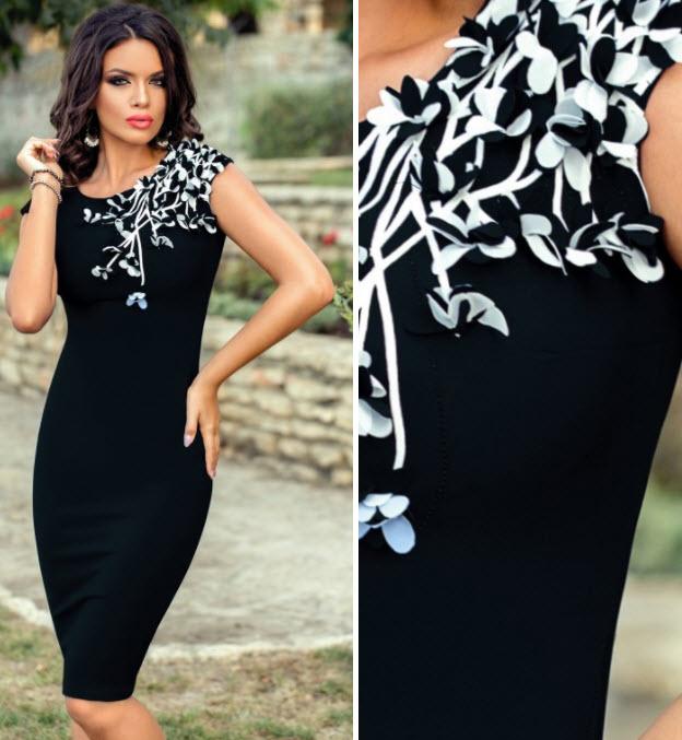 Rochie neagra midi accesorizata cu flori si mici strass-uri