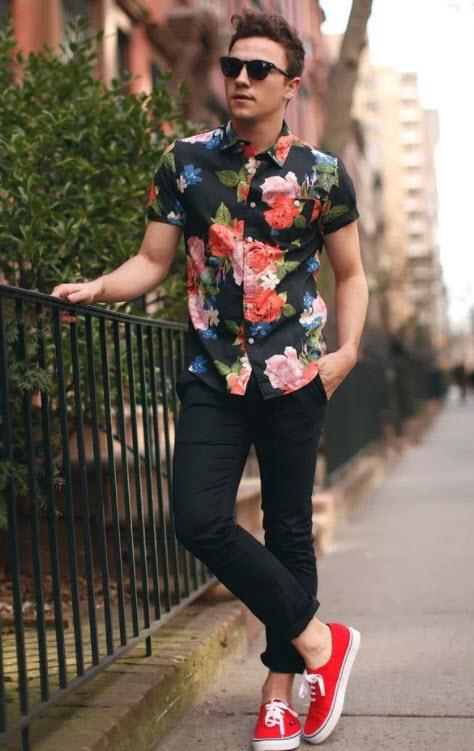 outfit barbati cu camasa cu print floral si tenisi rosii