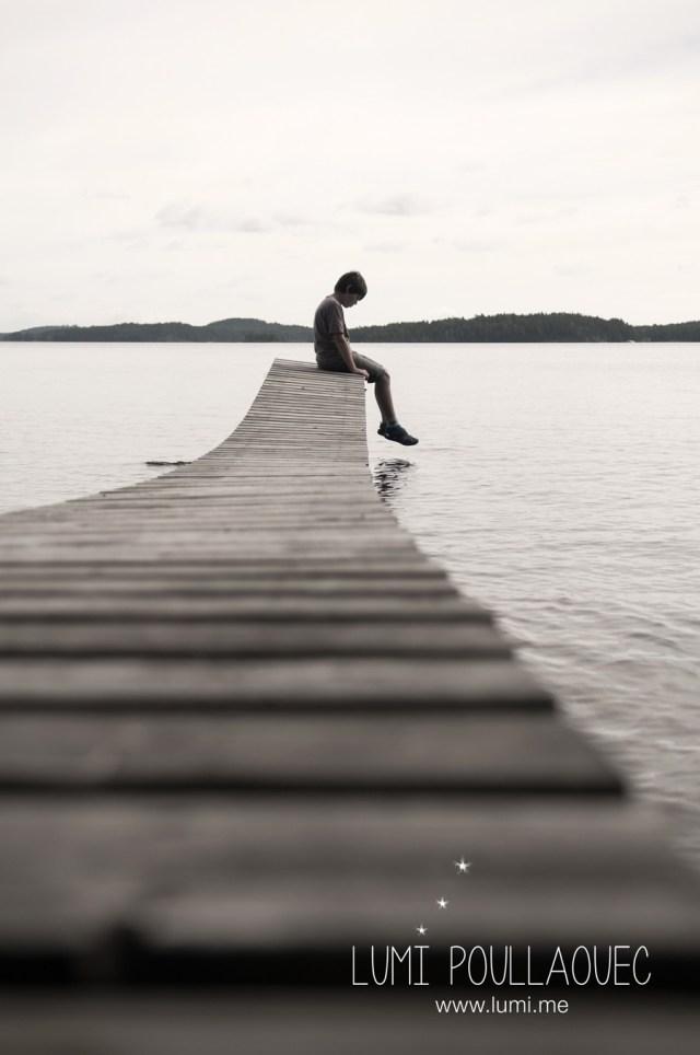 Tomi, Mon neveu autiste - enfant autiste -Photographie - reportage - Finlande ponton - solitude