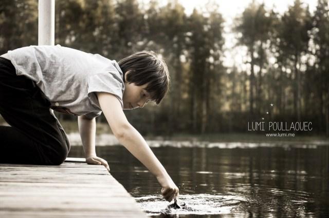 Tomi mon neveu autiste - Finlande - Petit garçon au bord de l'eau © Lumi Poullaouec