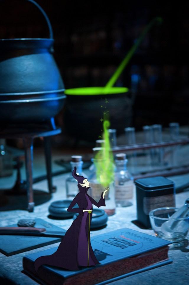 La fée carabosse, maléfique, dans son laboratoires de potions magiques. © Lumi Poullaouec