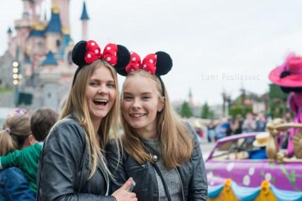 Jeunes filles blondes souriantes avec les oreilles de mickey devant le château de la belle au bois dormant. ©Lumi Poullaouec