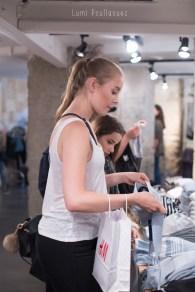 Jeune fille blonde faisant du shopping à Paris. ©Lumi Poullaouec