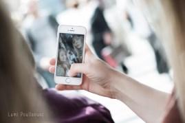 Photo d'un téléphone portable prenant un selfie. ©Lumi Poullaouec