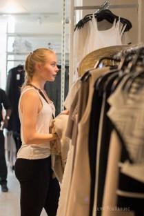 Jeune fille blonde faisant du shopping à Paris.