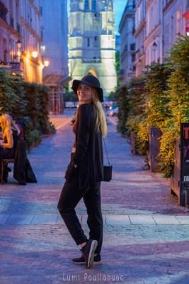 Portrait en pieds d'une jolie jeune fille blonde à la tombée de la nuit dans les rues de Paris. ©Lumi Poullaouec