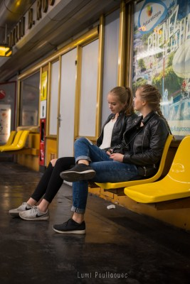 Jeunes filles assises dans le métro. © Lumi Poullaouec