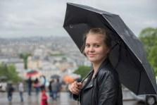 Jolie jeune fille sous la pluie à montmartre. Jeunes filles dans les couloirs du métro. © Lumi Poullaouec