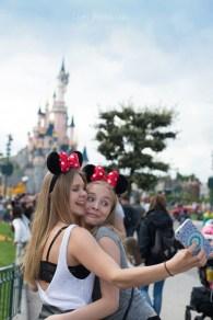 Jeunes filles faisant un selfie devant le château de disneyland. ©Lumi Poullaouec