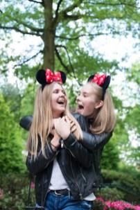 Jeunes filles Heureuses avec des oreilles de minie à disneyland Paris. ©Lumi Poullaouec