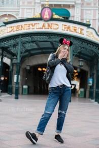 Jeune fille devant le parc disneyland. ©Lumi Poullaouec