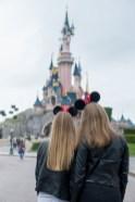 Deux jeunes filles blondes aux cheveux longs admirant le château de cendrillon à Disneyland Paris. ©Lumi Poullaouec