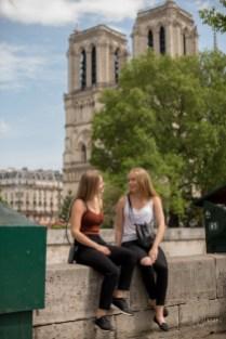 Jeunes filles blondes assises devant Notre-Dames de Paris. ©Lumi Poullaouec