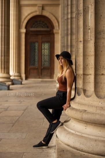 Photo en pieds d'une jolie blonde à chapeau adossé à une colonne. ©Lumi Poullaouec
