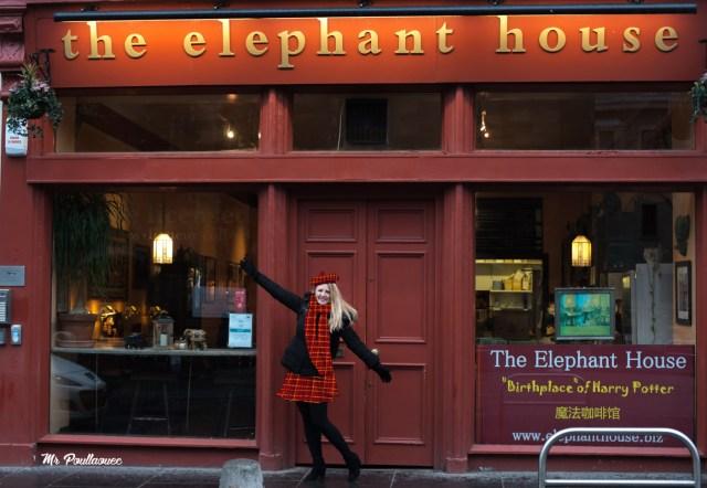 Lumi Poullaouec habillée en écossaise devant l'Elephant House à Edimbourg. Le café où JK Rolling a fait naitre Harry Potter.