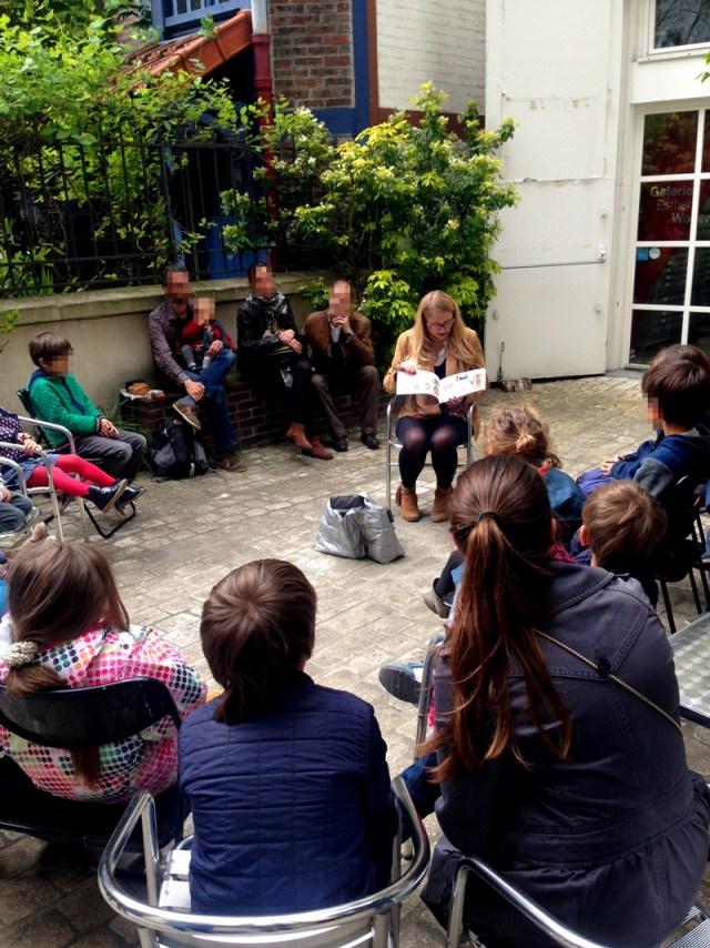 Durant l'atelier parents/enfants, Lumi Poullaouec raconte l'histoire de la photographie. Les feuilles de cyanotype prennent le soleil.
