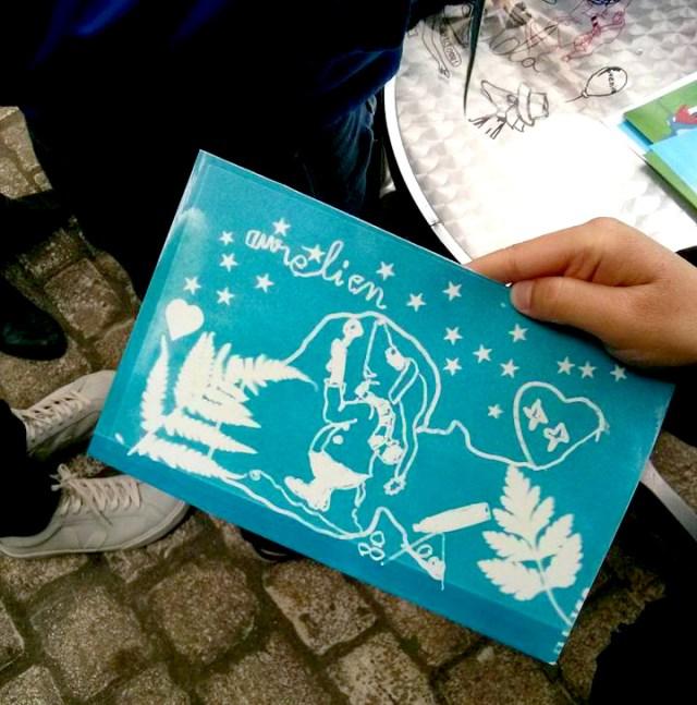 Joli cyanotype réalisé par un enfant s'appelant Aurélien durant l'atelier. il représente une petite souris et des végétaux.
