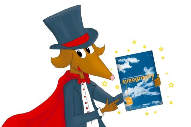 Olaf, le renard photographe, est habillé en magicien et pointe du doigt un kit de sunography prêt à l'emploi.