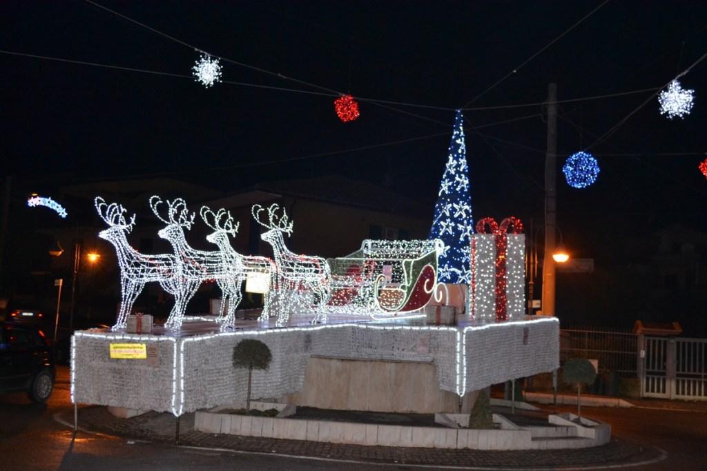 (Foto 15 -00c) Slitta con pacchi regali +albero e sfere 10mx6m