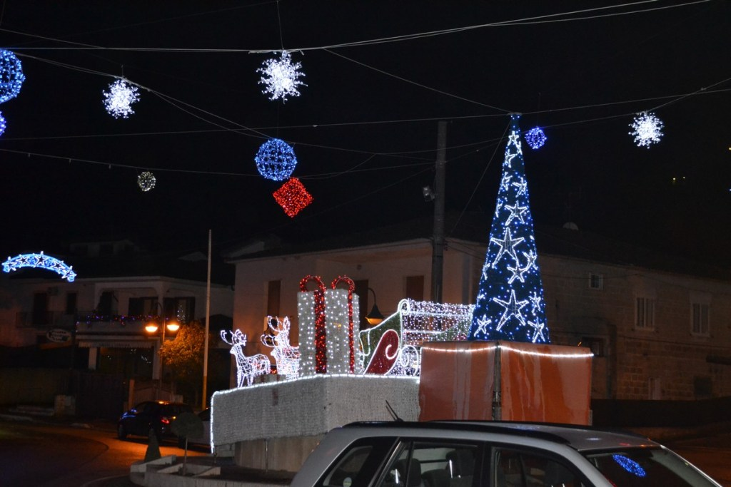 (Foto 15 -00e) Slitta con pacchi regali +albero e sfere 10mx6m (8)