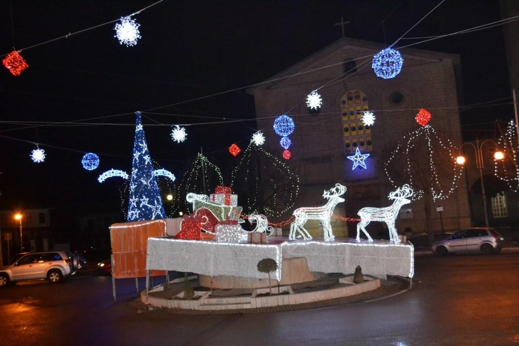 (Foto 15 -00h) Slitta con pacchi regali +albero e sfere 10mx6m (15)