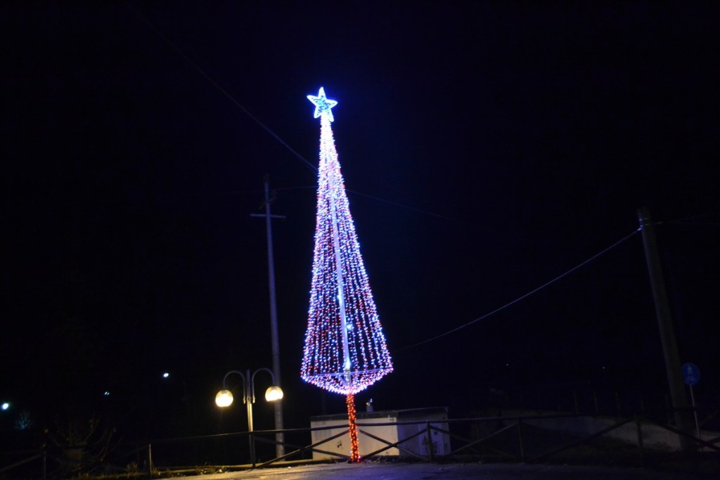 (Foto 15- 22) Albero stilizzato total. flash bianco-rosso 9 m (visiona video)
