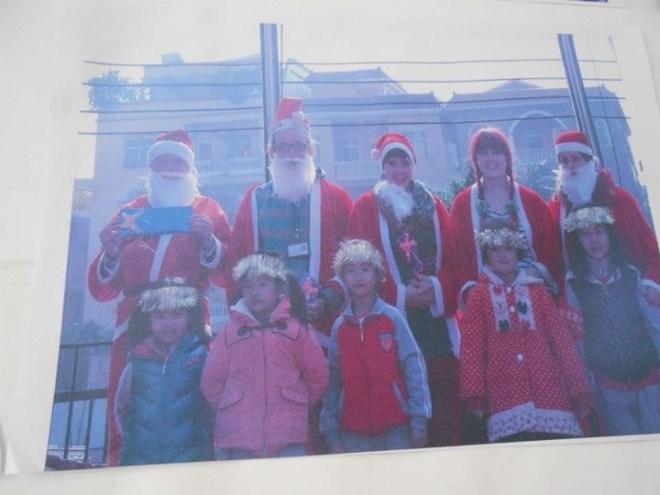 5 Santas Perform