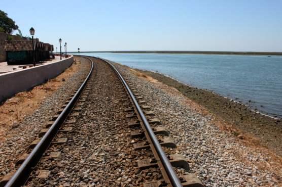 Sulla-ferrovia-sul-mare-corre-il-treno-più-romantico-che-cè