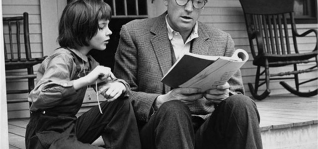 """OGGI, IL MITO DE' """"IL BUIO OLTRE LA SIEPE"""" sul personaggio di Atticus Finch  Il 19 febbraio di tre anni fa se ne andava, all'età di 90 anni, Harper […]"""