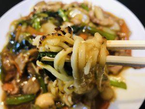長江飯店 五目焼きそば 麺リフト