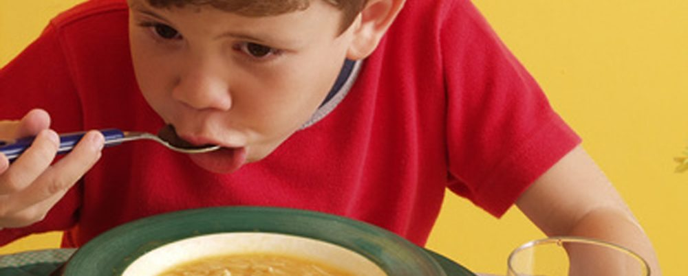 ילד אוכל מרק
