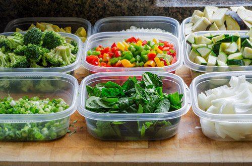 מכלי פלסטיק וכלי פלסטיק להגשה ולאריזה של מזון לגנים, לצהרונים ולבתי הספר