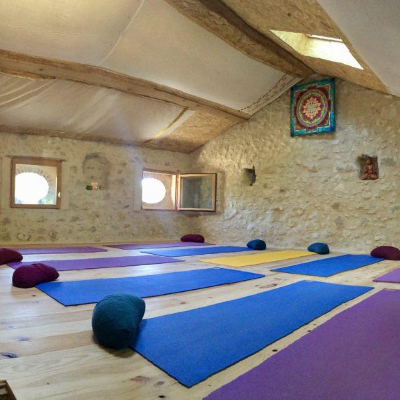 Tapis de yoga dans la salle