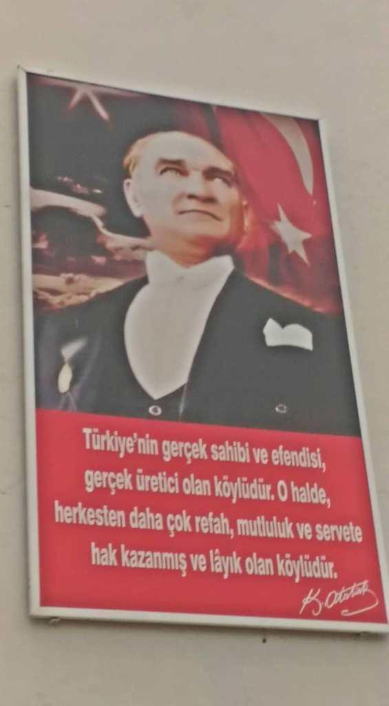 """un ritratto di Mustafa Kemal """"Atatürk"""". Nelle strade della città e nei locali non è raro imbattersi nell'immagine del creatore della Repubblica Turca."""