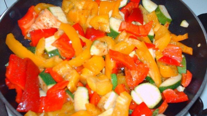 Peperoni e zucchine in padella