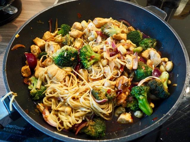 Chinesische Nudeln mit Hühnchen und Cashewkernen - schnelles Essen