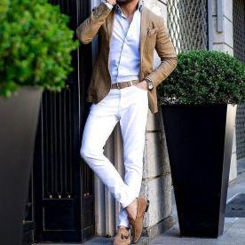 Pantalón claro.