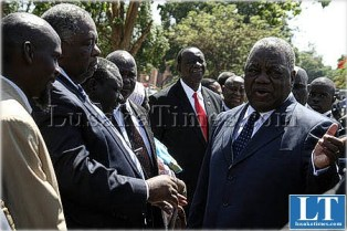 President Banda talks to All People's Congress party president Kenneth ngondo