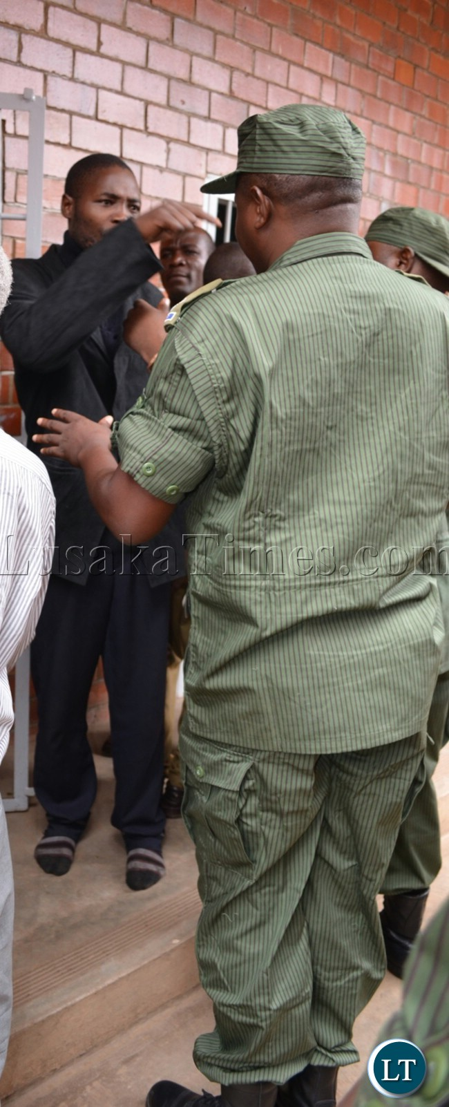 Police confront late Harrison Chanda's murder suspect Henry Lungu as he resisted to be taken in court cells in Livingstone