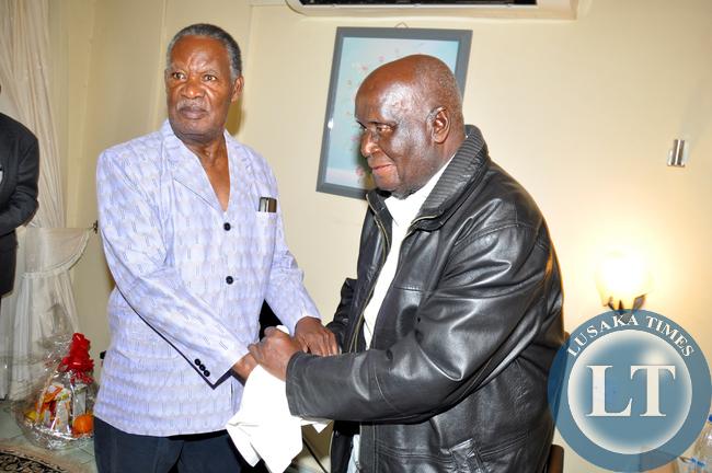 Zambia : President Michael Sata visits hospitalised KK