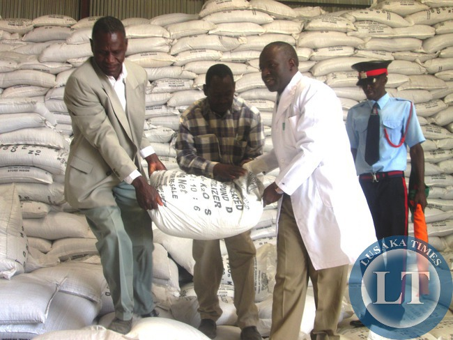 The fertiliser distribution to Farmers has started  , in the picture, Kabwe District Commissioner (DC) Patrick Chishala (right) with Kabwe District Cooperative Union Chairperson Gabriel Ngosa (left) during the flagging off the Fertiliser distribution exercise in kabwe