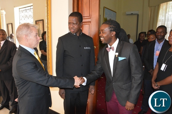 Power FM owner Kenny Tonga shakes hands with USA Ambassador Eric Schultz whilst President Lungu looks on at State House during the meeting with Mandela Washington Fellowship of young African Leaders