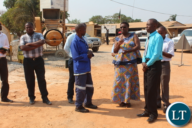P.S. CEntral Province Edwidge Mutale talks to workers at Mkushi District Hopsital construction site. by Chiza Muzia, ZANIS.