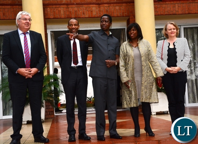 President Edgar Lungu shows the surrround to World Food Programme Executive Director Ertharin Cousin who is flanked by UN Resident Coordinator Janet Rogan (r) World Food Programe Regional Director for Southern Africa Chris Nikoi (2nl) and World Food Programme Zambia Country Director Simon Cammmelbeeck (l) at State House during a photo session