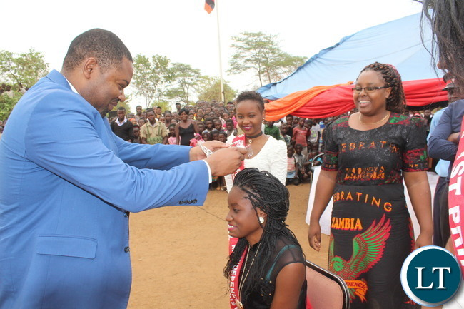 Mpongwe district commissioner Keith maila crowns Jessica Chileshe as Ms independence during a beauty pageant held in mpongwe